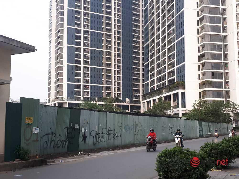 Hà Nội: Những dự án 'om' đất vàng, để cỏ mọc um tùm sau những tấm tôn quây kín
