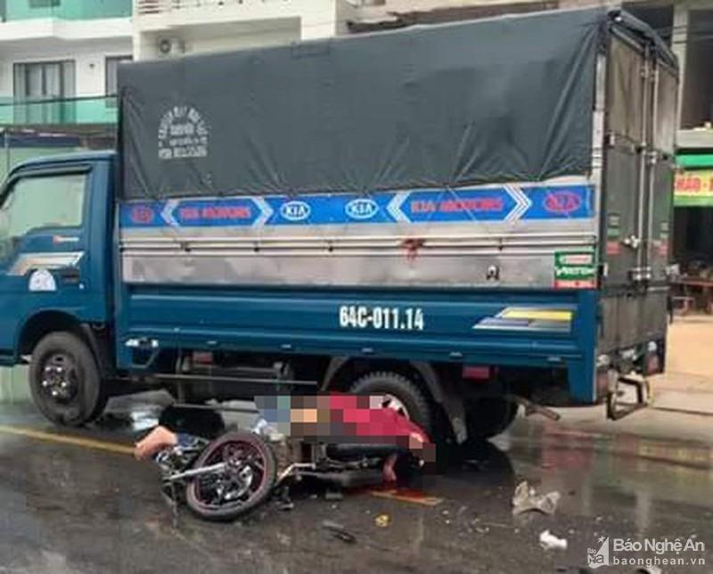 Nghệ An: Va chạm với xe tải trước cổng bệnh viện, 2 thanh niên thương vong