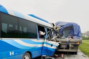 Nghệ An: Xe khách tông xe đầu kéo lúc rạng sáng, hàng chục người thương vong