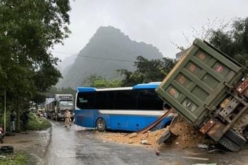 Hòa Bình: Xe khách 'đóng đinh vào xe ben, 4 người thương vong