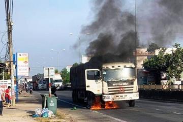 Quảng Nam: Xe tải chở vật liệu xây dựng bốc cháy ngùn ngụt trên quốc lộ