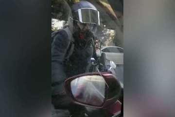 Tài xế xe máy hung hăng đập phá ô tô chỉ vì tiếng còi làm giật mình