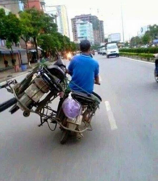 Hết hồn xem 'người vận chuyển' đời thực: Xe máy chở cả con trâu, tha lôi núi hàng hóa...