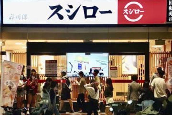 Chỉ vì ăn sushi miễn phí, nhiều người đổ xô đi đổi tên thành 'cá hồi'