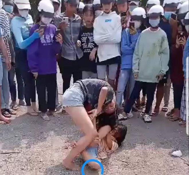 Phẫn nộ cảnh 2 nữ sinh đánh nhau, đám đông đứng xem cổ vũ