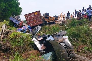 Tại nạn nghiêm trọng tại Quảng Trị: Xe container đâm liên hoàn, nhiều người rơi xuống vực