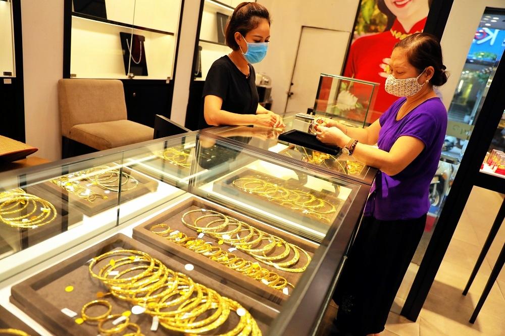 Giá vàng trong nước 'lội ngược' giá thế giới, có nên mua vàng lúc này?