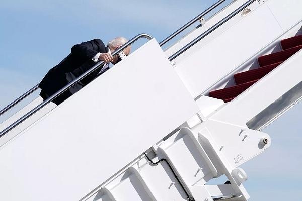 Cựu cố vấn ông Trump nói gì về sự cố 'vấp ngã' của TT Biden?