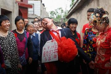 Thành phố ở Trung Quốc cấm phong tục trêu ghẹo cô dâu trong đám cưới
