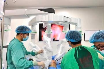 Phẫu thuật bằng Robot hiện đại nhất thế giới cho bệnh nhân người Ý gốc Việt