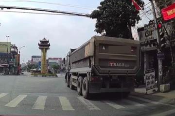 CSGT xử phạt lái xe vượt đèn đỏ từ clip người dân cung cấp