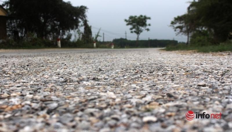 Nghệ An: Mới làm xong, mặt đường QL 48E sụt lún, bong tróc lỗ chỗ