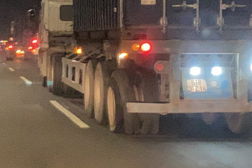 2 xe container nổ lốp vẫn cố tình phóng nhanh trên quốc lộ, người đi đường hú vía