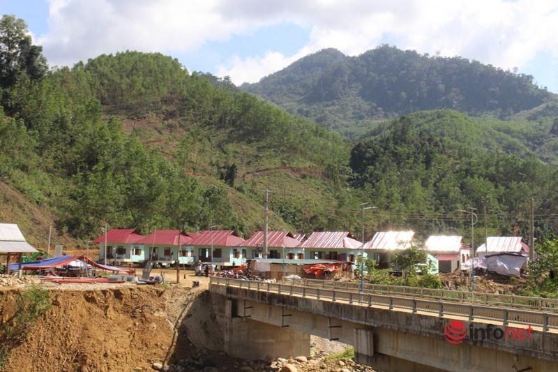 Hàng trăm người gấp rút dựng nhà cho người dân vùng sạt lở đất kinh hoàng khiến 22 người chết, mất tích