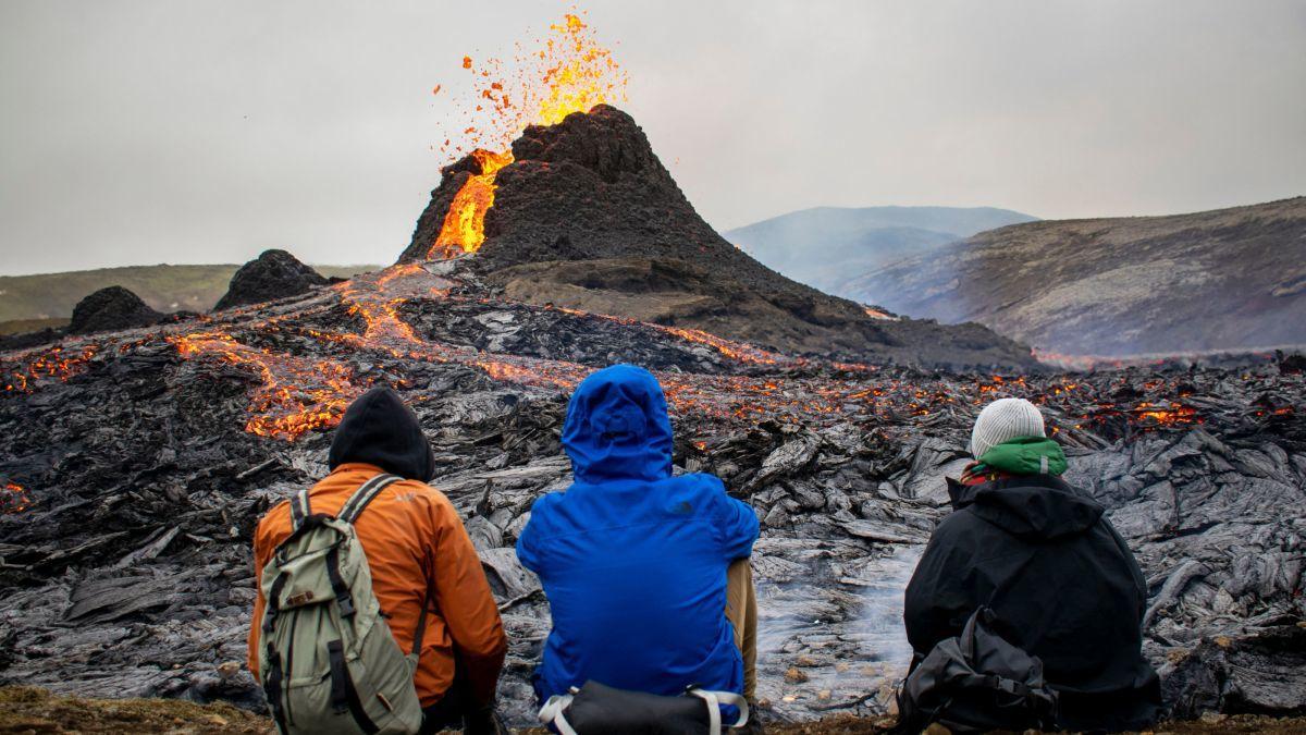 Cảnh quay ngoạn mục tiết lộ vụ phun trào núi lửa ấn tượng ở Iceland