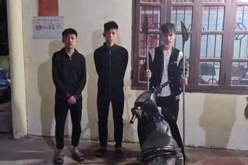 Ba thanh niên cầm hung khí 'đi dạo phố' bị CSGT phát hiện bắt giữ