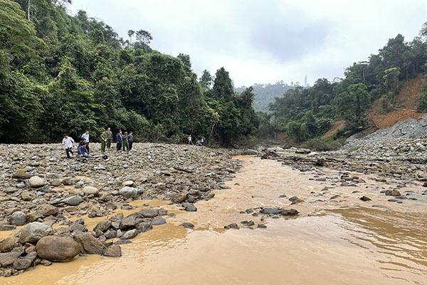 Huế: Dùng máy múc, thiết bị dò để tìm kiếm 11 công nhân mất tích dọc theo bờ sông Rào Trăng