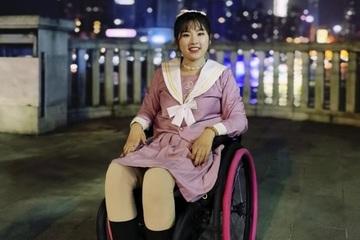 Nghị lực phi thường giúp cô gái ngồi xe lăn có cả 'đội quân' theo dõi trên mạng xã hội