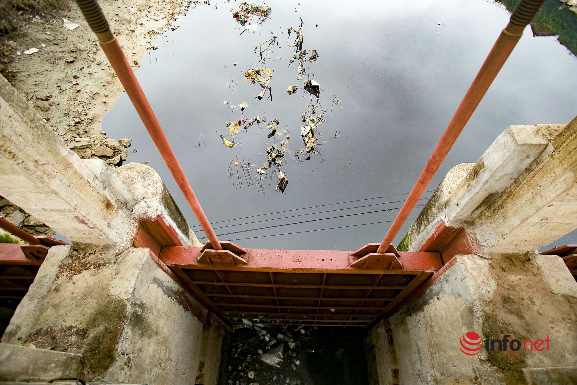 Kênh thủy lợi ô nhiễm nghiêm trọng, trăm hộ dân bịt mũi chịu đựng suốt nhiều năm