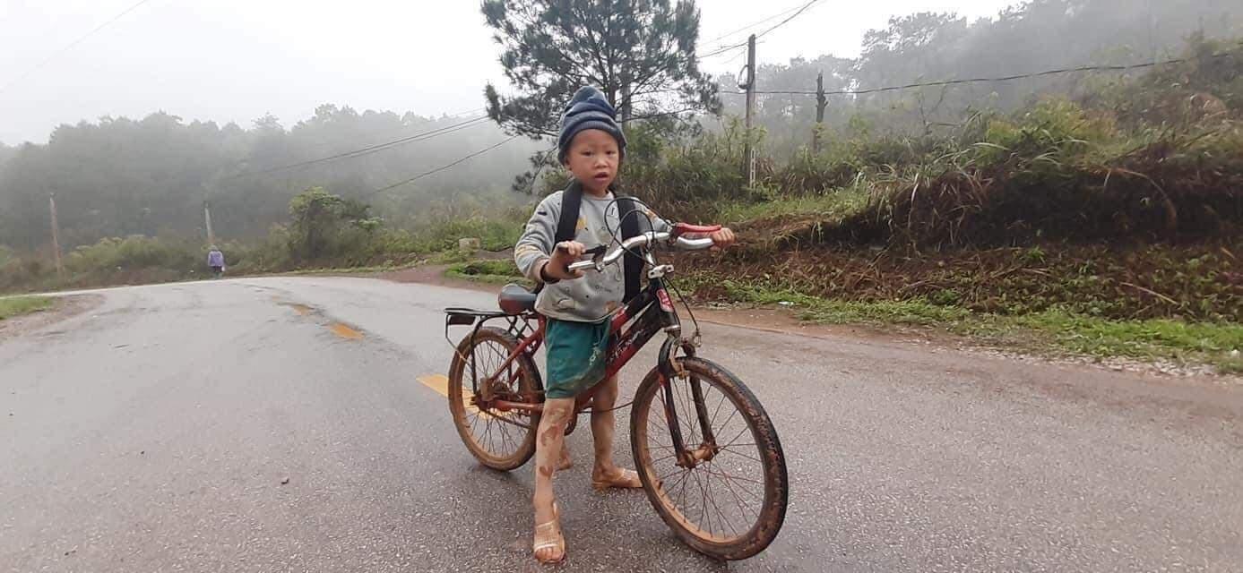 Cậu bé lớp 1 đạp xe hàng tiếng đến trường trong bộ dạng lấm len bùn đất