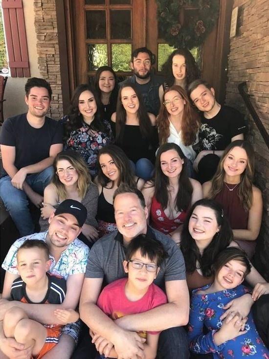 Tưởng con một, nam thanh niên Mỹ bất ngờ phát hiện có 30 anh chị em cùng cha khác mẹ