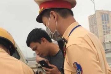 Lái xe vi phạm xin không được, rút điện thoại livestream lên mạng xã hội khoe thành tích