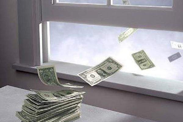 Người đàn ông ném xấp tiền qua cửa sổ vì cãi nhau với nhân viên khách sạn
