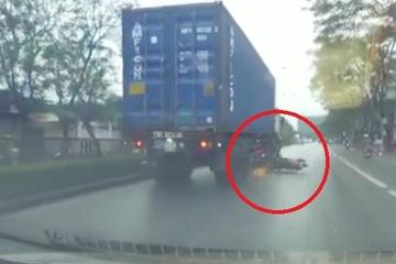 Thót tim 2 xe máy lao vào gầm xe container, cảnh tượng sau đó còn khó tin hơn