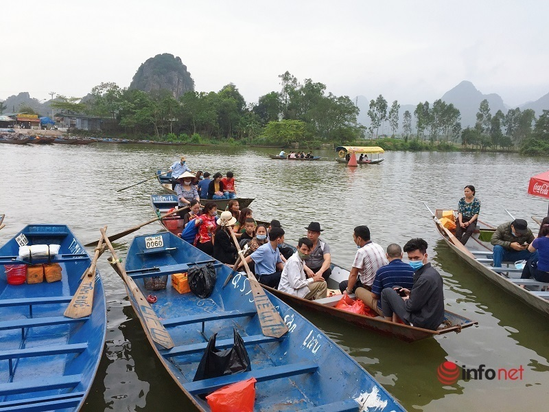 Gần 10.000 du khách tới tham quan Chùa Hương sau một tuần mở cửa