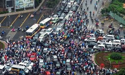 Chen lấn, tạt đầu, vượt đèn đỏ… những cảnh xấu xí của giao thông Hà Nội