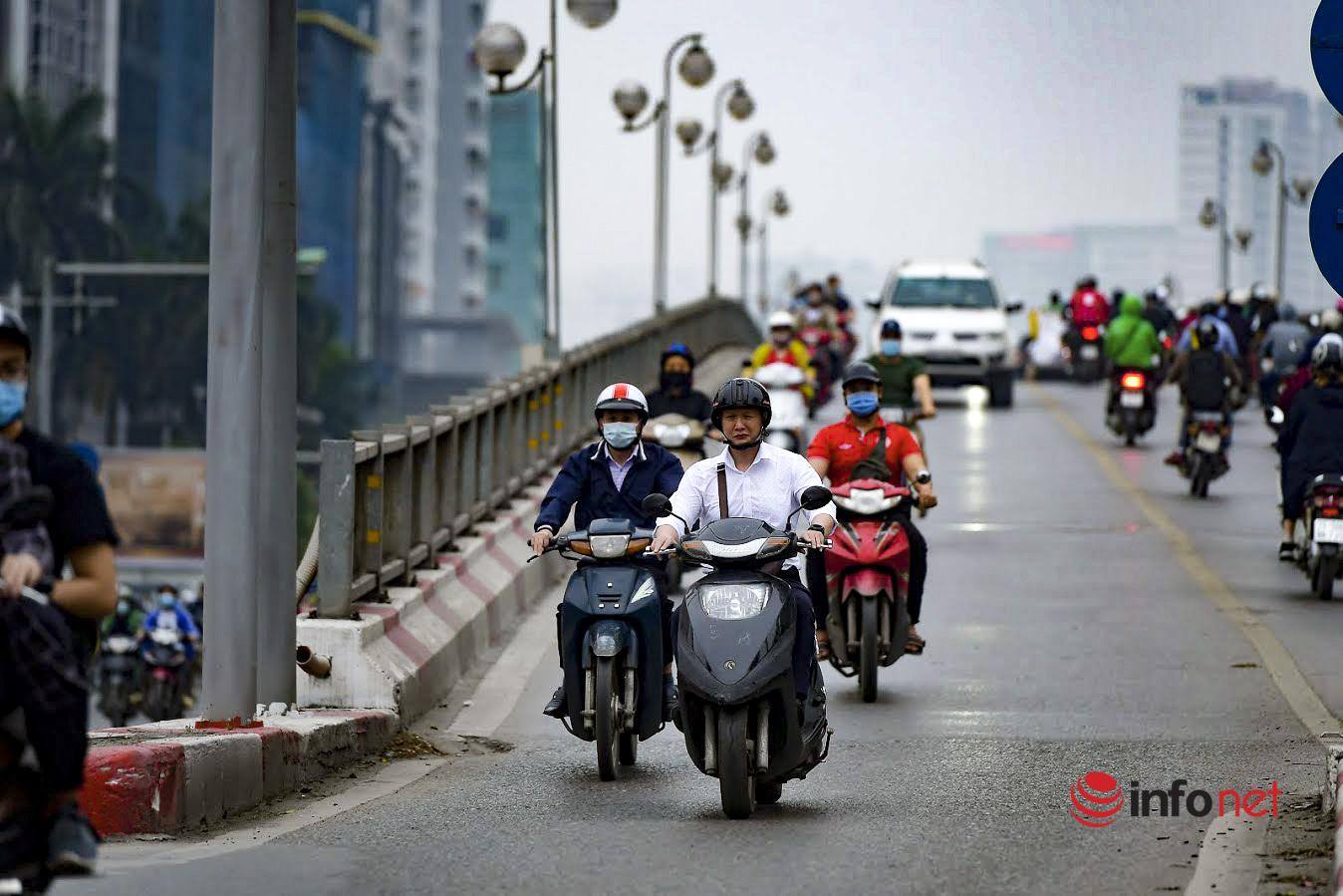 Có nên cắm biển cấm xe máy lên 2 cầu vượt trục đường Láng Hạ giờ cao điểm?