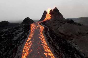 Khoảnh khắc ngoạn mục về núi lửa phun trào nhìn từ ngoài Trái Đất