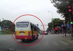 Vượt đèn đỏ, lái xe bus bị CSGT Hà Nội xử phạt 4 triệu đồng