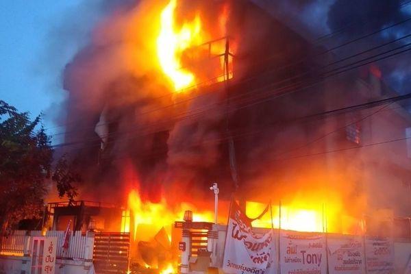 Khoảnh khắc tòa nhà đang được chữa cháy bất ngờ đổ sập, chôn vùi 4 lính cứu hỏa