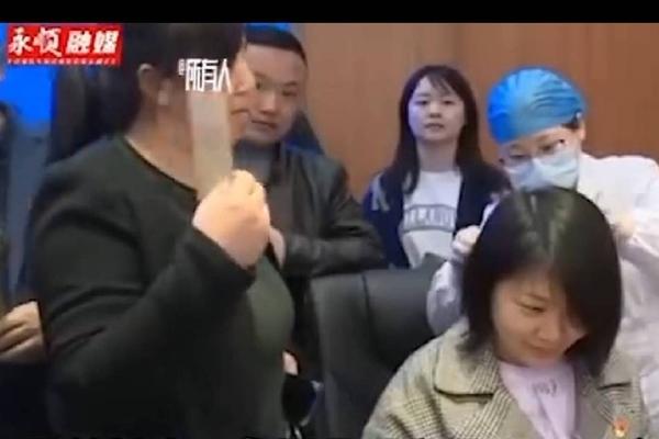 Bí mật trong sợi tóc khiến 6 nhân viên hành chính công Trung Quốc bị đuổi việc