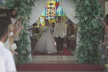 Chú rể làm cô dâu 'ngã ngửa' trong đám cưới chỉ vì nụ hôn