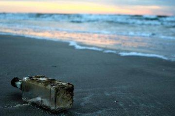 Lá thư trong chai trôi dạt 8 tháng từ Anh đến Na Uy