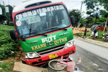 Xe buýt va chạm xe máy, xe đạp trên QL 7A, 2 người thương vong