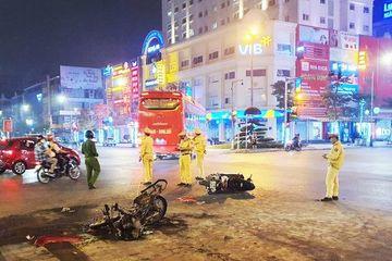 Nghệ An: Sau va chạm, xe máy bốc cháy dữ dội giữa phố