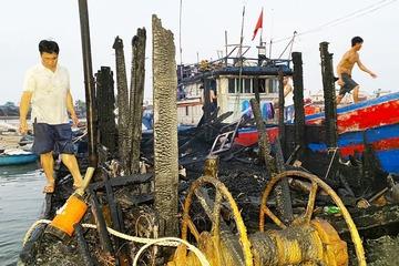 Tàu cá bốc cháy trong đêm, chủ tàu may mắn thoát chết