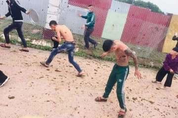 Nhóm người xăm trổ bị người dân ném đá, phân bò ở Bắc Giang