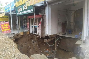 Cận cảnh 'hố tử thần' sâu 5m ở Hà Nội khiến xã phải di dời 20 hộ dân