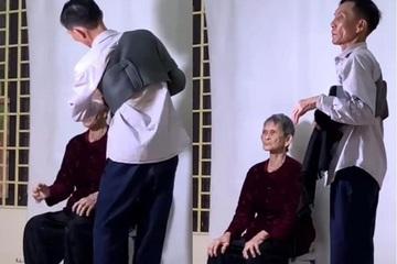 Khoảnh khắc con trai vuốt tóc cho mẹ già làm thẻ căn cước công dân 'đốn tim' dân mạng