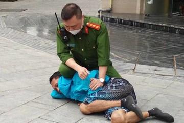"""Khống chế đối tượng có biểu hiện """"ngáo đá"""", ném gạch và chất bẩn vào người đi đường ở Hà Nội"""