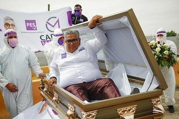 Ứng cử viên quốc hội Mexico tranh cử trong... quan tài