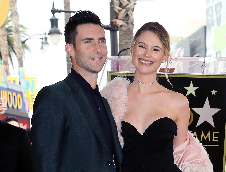 Trưởng nhóm Maroon 5 'gây sốc' mặc váy hồng, hóa ra các ông bố có thể làm những điều tuyệt vời hơn tưởng tượng cho con gái