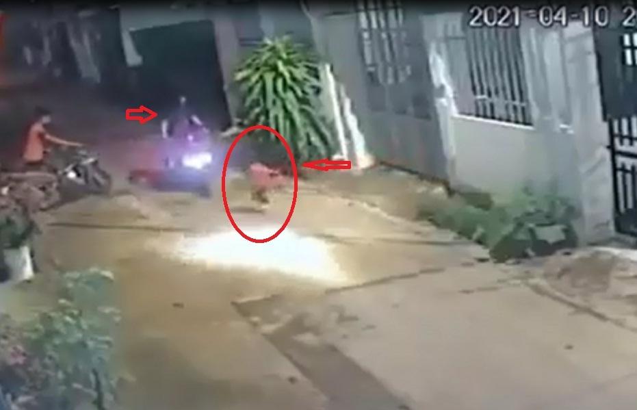 Kinh hoàng xe máy tông trúng cháu bé băng qua ngõ: Dân mạng tranh cãi gay gắt lỗi thuộc về ai