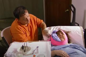 Tiết kiệm tiền đi nha sĩ, vợ ép chồng nhổ răng tại nhà