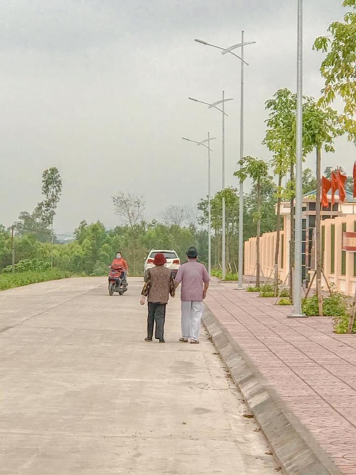 """""""Tình bể bình"""" khoảnh khắc vợ chồng U90 ở Quảng Ninh dắt tay nhau đi làm căn cước công dân"""