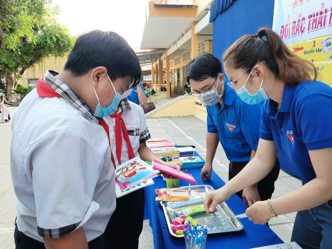 Học sinh với phong trào đổi rác thải nhựa lấy dụng cụ học tập